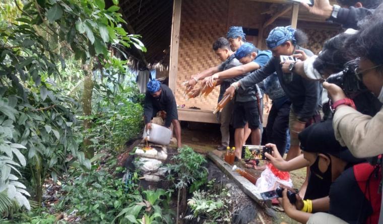 Barang bukti yang di musnahkan 1 derigen besar dan 20 botol madu palsu,hasil razia masyarakat suku adat Baduy di wilayah desa kanekes. (Foto: TitikNOL)