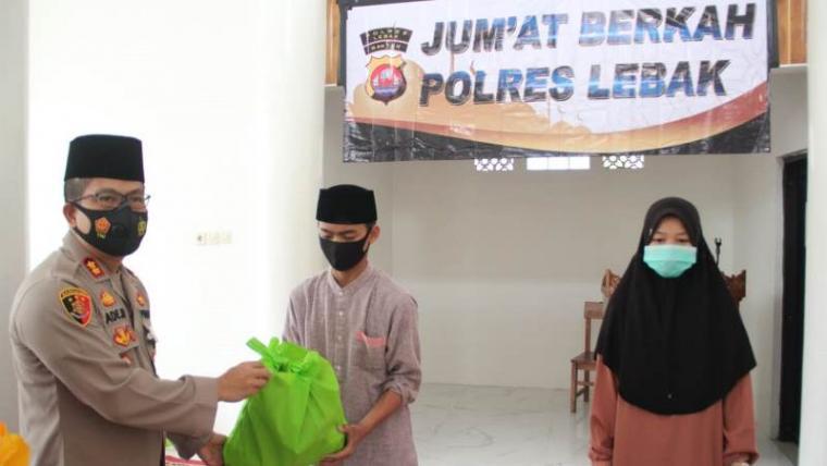 Kapolres Lebak AKBP Ade Mulyana saat membagikan paket sembako kepada santriwan - santriwati Pondok Pesantren Nurul Falah di Kampung Pasirmalang, Desa Kaduagung Timur, Kecamatan Cibadak, Jum'at (06/11/2020). (Foto: TitikNOL)