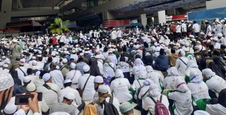 Ribuan pendukung menyambut kedatangan Habib Rizieq Shihab. (Foto: TitikNOL)