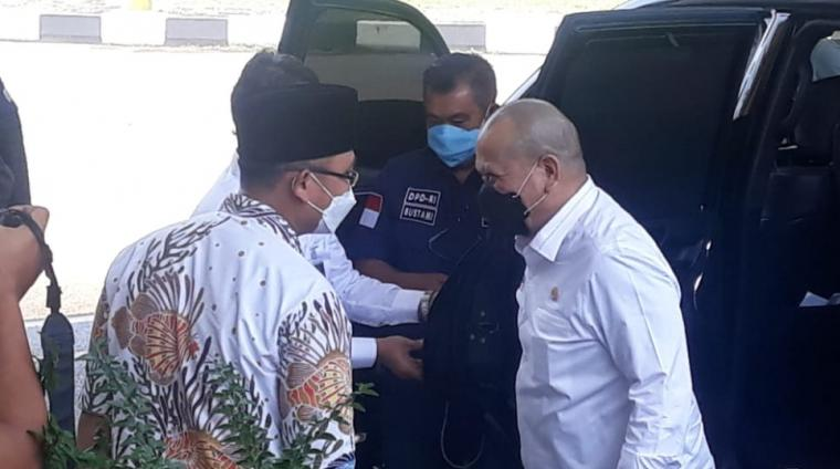 Wakil Gubernur Banten Andika Hazrumy saat menyambut kedatangan Ketua DPD RI Aa La Nyalla Mattalitti di Pendopo Gubernur Banten. (Foto: TitikNOL)