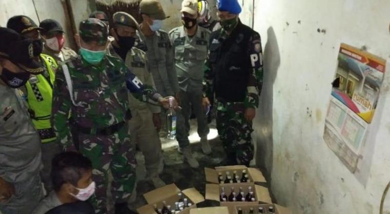 Petugas gabungan saat mengamankan minuman keras di Cilegon. (Foto: TitikNOL)