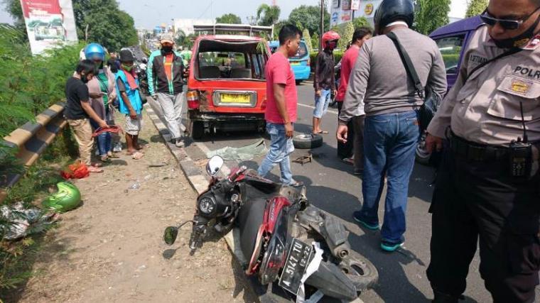 Kondisi angkot dan sepeda motor yang terlibat kecelakaan di fly over Cibeber. (Foto: TitikNOL)