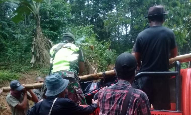 Petani yang hanyut diterjang sungai Cisaat saat di evakuasi. (Foto: TitikNOL)