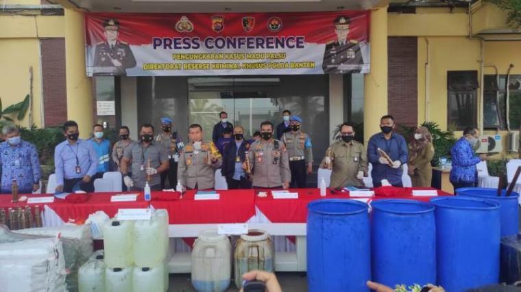 Press conference pengungkapan madu palsu. (Foto: TitikNOL