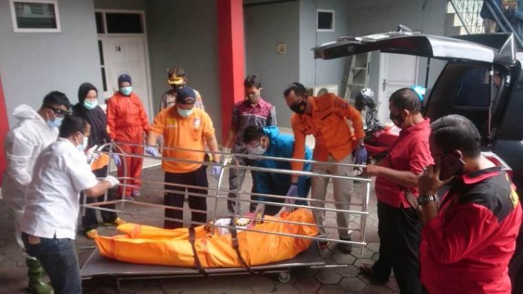 Polisi saat melakukan evakuasi mayat yang ditemukan di Hotel Regent. (Foto: TitikNOL)