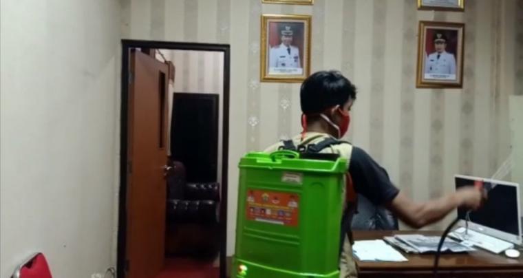 Penyemprotan disinfektan di kantor Disdukcapil Kota Serang. (Foto: TitikNOL)