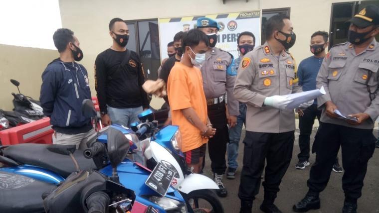 Pelaku beserta barangbukti sepeda motor hasil kejahatan yang diamankan petugas gabungan Unit Reskrim Polsek Carenang dan Tim Reserse Mobile (Resmob) Polres Serang. (Foto: TitikNOL)