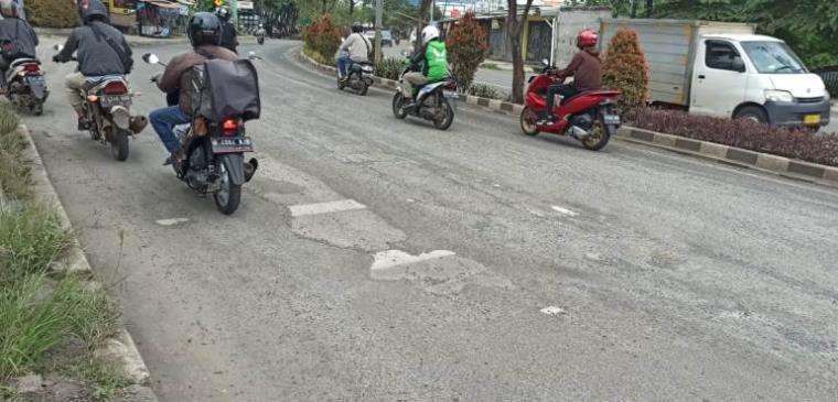 Kondisi jalan rusak di Jalan Ciater Raya, Kota Tangerang Selatan. (Foto: TitikNOL)