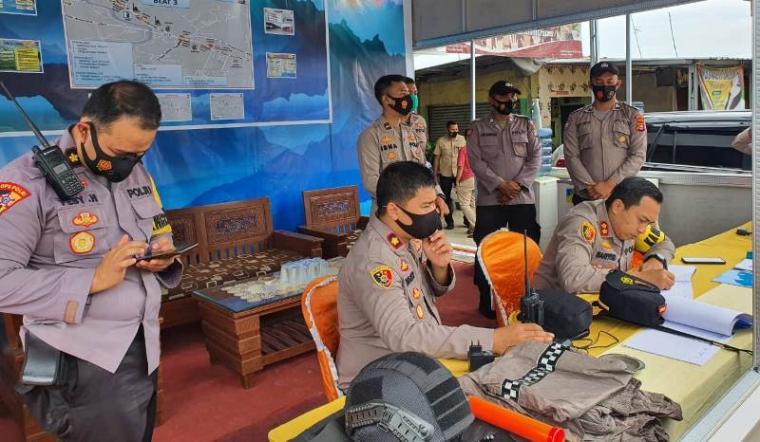 Kapolres Serang AKBP Mariyono saat mengecek pos pengamanan (pos pam) libur Natal dan Tahun Baru 2021. (Foto: TItikNOL)