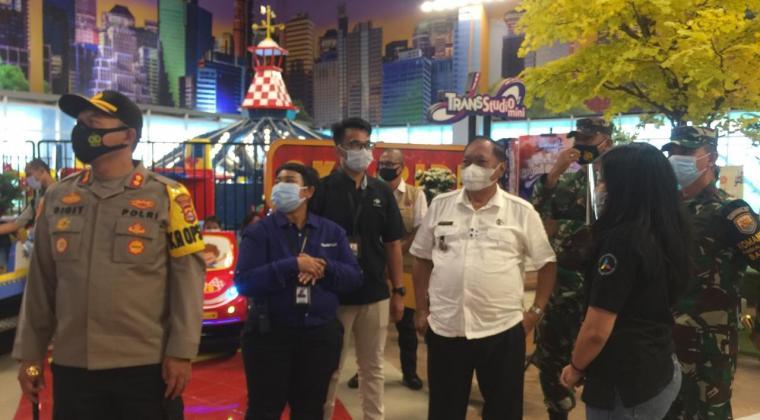 Wali Kota Cilegon Edi Ariadi bersama rombongan, saat melakukan Sidak ke Transmart Cilegon. (Foto: TitikNOL)