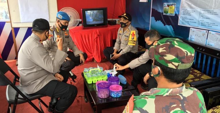 Tim Divisi Propam Mabes Polri yang dipimpin Kombes Pol Zaenudin saat meninjau pelayanan pada Pos Pengamanan (Pospam). (Foto: TitikNOL)