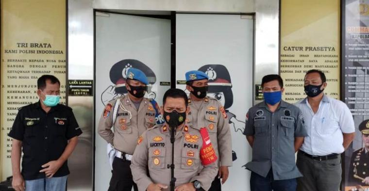 Polisi saat memberikan keterangan pers soal tewasnya tahanan narkoba di sel Mapolres Tangserang Selatan. (Foto: TitikNOL)