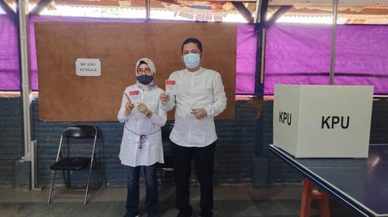 Calon Wali Kota Cilegon Ali Mujahidin bersama istri usai mencoblos di TPS 10 Ciwedus. (Foto: TitikNOL)