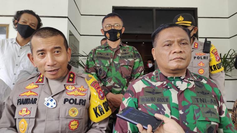 Kapolda Banten Irjen Pol Piandar dan Pangdam III Siliwangi Mayjen TNI Nugroho Budi Wiryanto saat memberikan keterangan kepada wartawan di Cilegon. (Foto: TitikNOL)