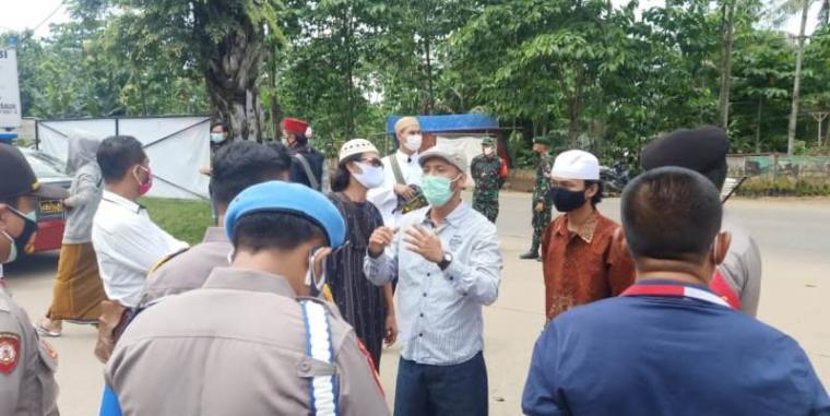 Aparat gabungan TNI-Polri saat melakukan penjagaan unjuk rasa simpatisan HRS di Mapolsek Cisauk, Tangerang. (Foto: TitikNOL)