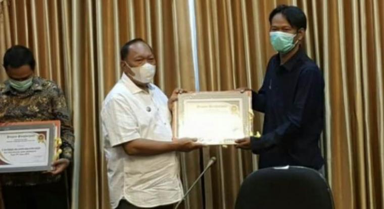 Wali Kota Cilegon Edi Ariadi memberikan penghargaan wajib pajak kepada PT SGI.(Istimewa).
