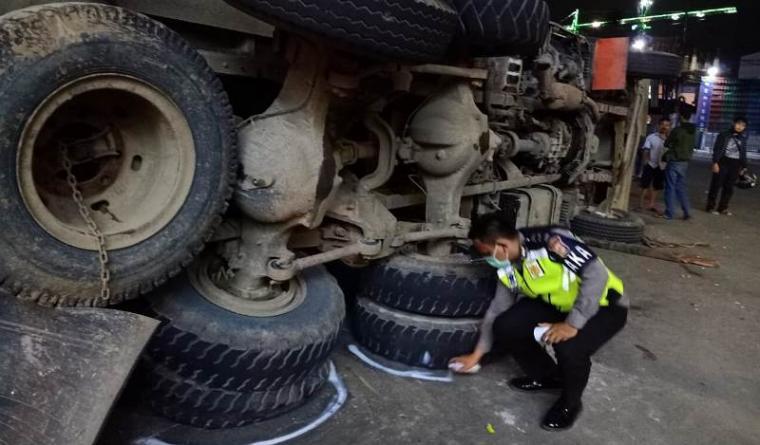 Polisi ketika melakukan olah TKP kecelakaan maut di persimpangan Gading Serpong, Jalan Raya Serpong, Pakualam, Tangerang Selatan. (Foto: TitikNOL)