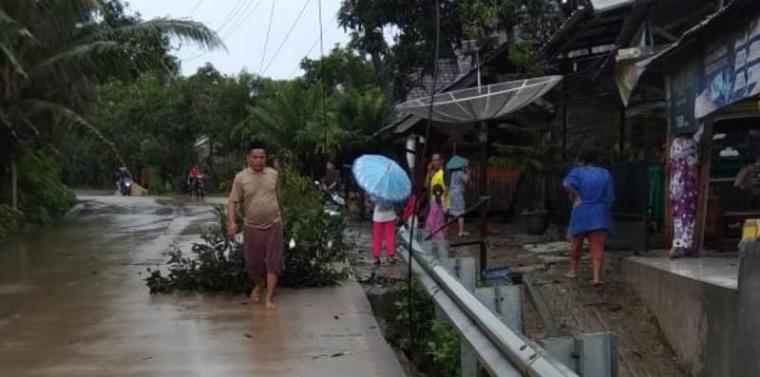 Salah satu warga saat membersihkan sisa reruntuhan angin puting beliung. (Foto: TitikNOL)