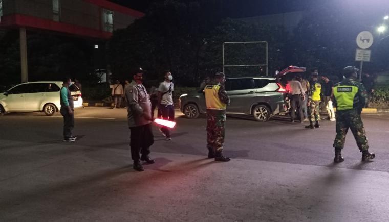Operasi yustisi di Gerbang Ciujung dan Cikande Tol Tangerang -Merak Kamis (17/12/2020) malam. (Foto: TitikNOL)