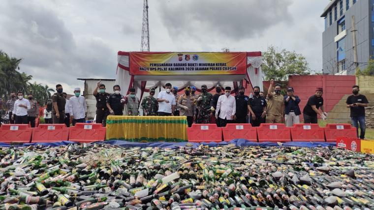 Pemusnahan minuman keras di Mapolres Cilegon. (Foto: TitikNOL)