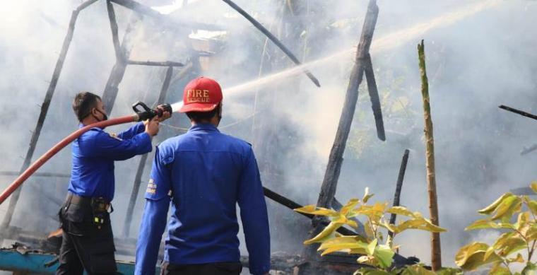 Petugas pemadam kebakaran saat memadamkan api. (Foto: TitikNOL)