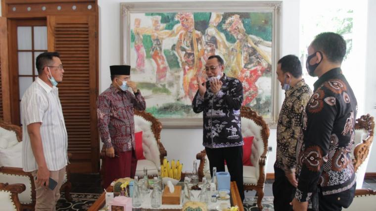 Walikota dan Wakil Walikota Cilegon terpilih, Helldy - Sanuji saat bertemu Bupati Banyuwangi, Azwar Anas.(Istimewa).