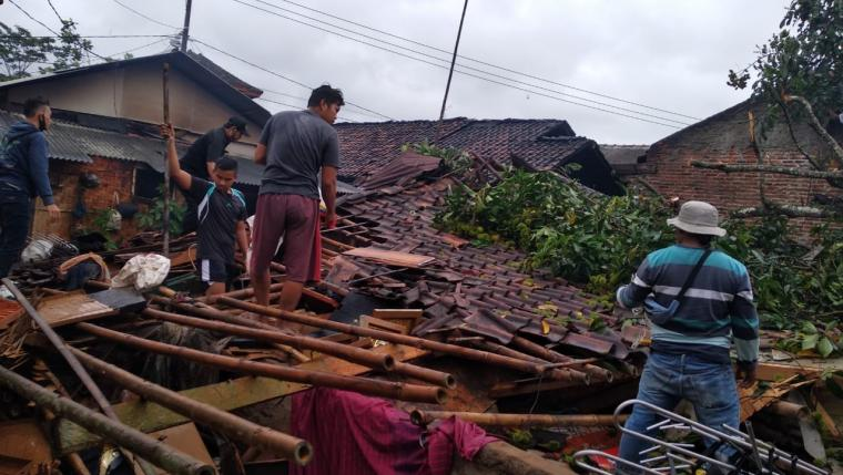 Pohon besar tumbang yang menimpa satu rumah milik Sata alias Tata (45) warga Kampung Ketug Tengah Rt 03/Rw 06, Desa Citeras, Kecamatan Rangkasbitung. (Foto: TitikNOL)