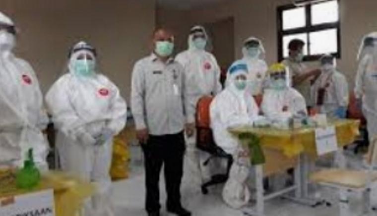 Kepala Dinas Pendidikan dan Kebudayaan Tangerang Selatan, Taryono saat bersama petugas kesehatan. (Foto: TitikNOL)