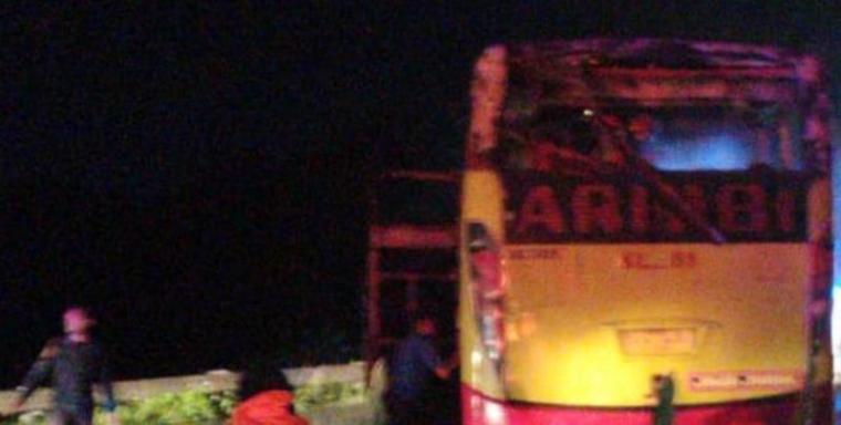 Petugas pemadam kebakaran saat memadamkan api yang melalap bus Arimbi. (Foto: TitikNOL)