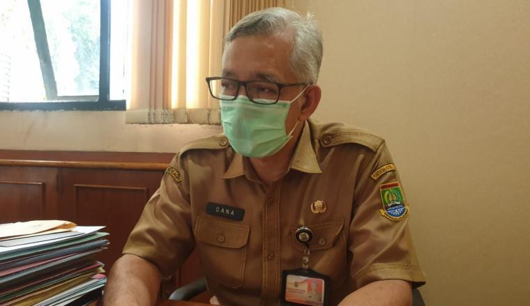 Plt Kepala Dinas Kesehatan Kota Cilegon Dana Sujaksani saat memberikan keterangan kepada wartawan di ruang kerjanya. (Foto: TitikNOL)