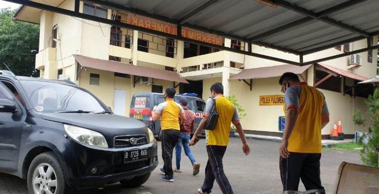 Pelaku pelecehan anak di bawah umur saat digelandang ke Mapolres Cilegon. (Foto: TitikNOL)