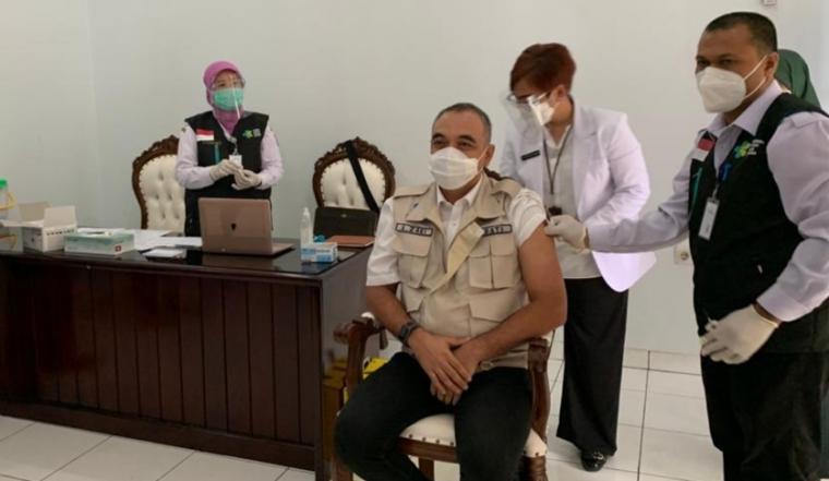 Bupati Tangerang, Ahmed Zaki Iskandar saat disuntik vaksin. (Foto: TitikNOL)