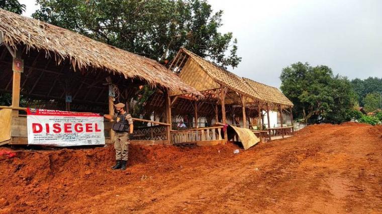 Satpol PP Tangerang Selatan saat melakukan penyegelan dilokasi Saung Babe, Setu, Kota Tangerang Selatan. (Foto: TitikNOL)