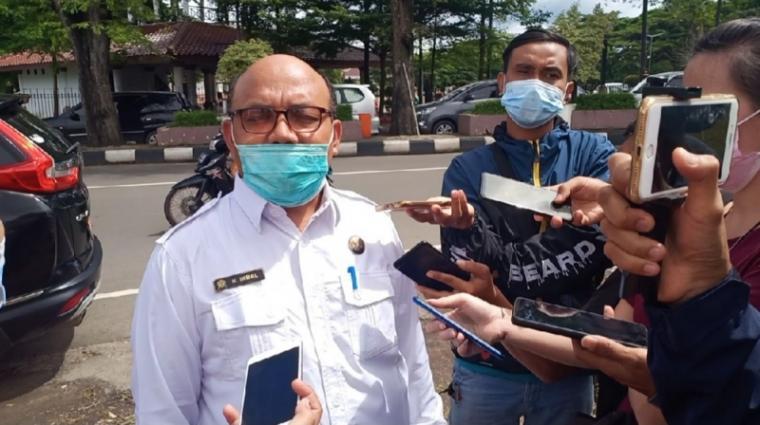 Kepala Dinkes Kota Serang M Ikbal saat di wawancarai wartawan. (Foto: TitikNOL)