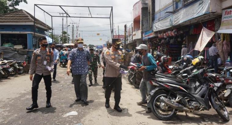 Pembagian masker gratis kepada warga di Pasar Rangkasbitung. (Foto: TitikNOL)