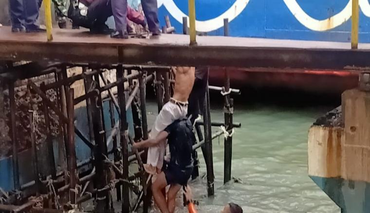 Proses evakuasi Sardian Hardi yang di Dermaga II Pelabuhan Merak . (Istimewa).