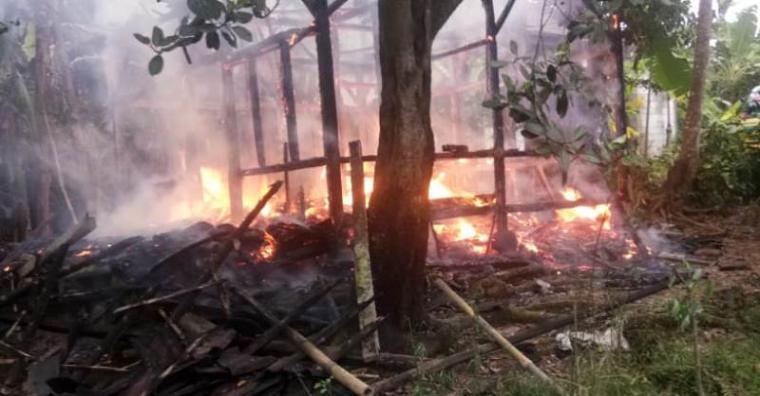 Rumah milik Armah (80) Kampung Sawagi Rt 10 Rw 02, Desa Bolang, Kecamatan Malingping yang diduga api berasal dari tungku yang tengah digunakan untuk memasak yang lupa dimatikan. (Foto: TitikNOL)