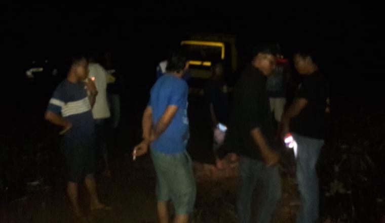 sejumlah sopir truk pengangkut pasir laut, baru-baru ini terpantau tengah antri menunggu giliran muatan pasir di lokasi kawasan Perhutani Cihara. (Foto: TitikNOL)