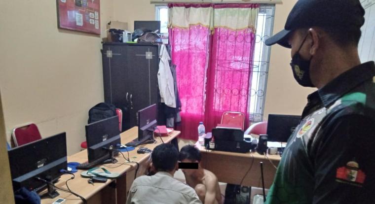 Pelaku pencurian di atas kapal saat diamankan di Kantor KSKP Merak. (Foto: TitikNOL)