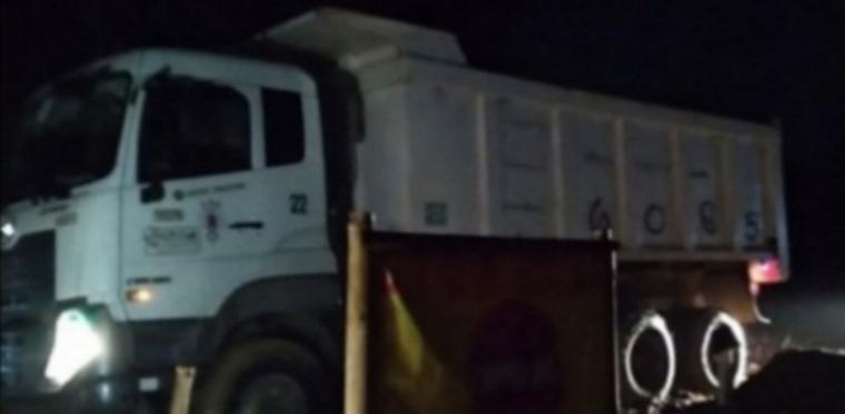 Truk pengangkut pasir kuarsa di Lokasi Tambang Pasir PT. Mitra Utama Desa Tambak Baya dilakukan malam hari. (Foto: sibernews)