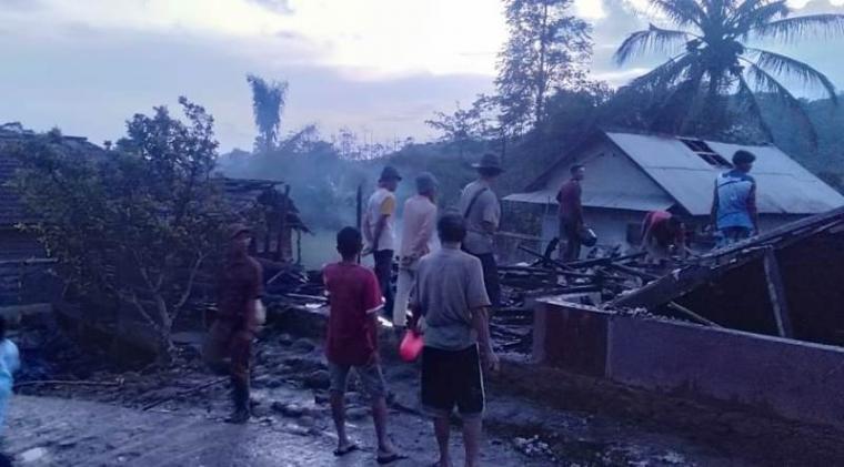 Sejumlah warga saat memadamkan api. (Foto: TitikNOL)