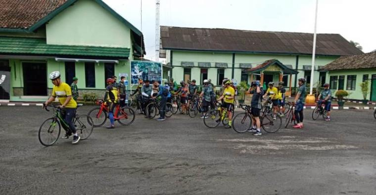 Kegiatan gowes sepeda dan kunjungan kerja dalam rangka serah terima dan penandatanganan peresmian bangunan Mako Dodiklatpur Ciuyah Lebak Banten. (Foto: TitikNOL)