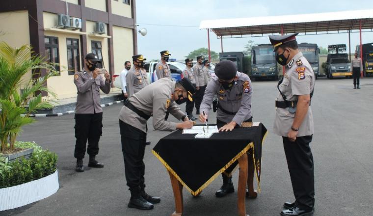 Serah terima jabatan (sertijab) Kepala Bagian Operasional (Kabagops) serta Kapolsek Ciruas dan Pamarayan di halaman Mapolres Serang, Selasa (16/2/2021). (Foto: TitikNOL)