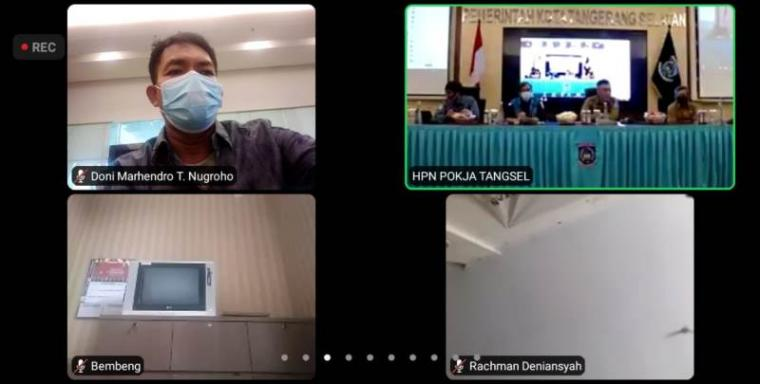 Webinar dengan tema 'Keluar Zona Merah, Bangkit Dari Covid-19' yang diselanggarakan Pokja Wartawan Harian Tangsel secara online di ruang Blandongan, Balaikota Tangerang Selatan, Senin (15/2/2021). (Foto: TitikNOL)