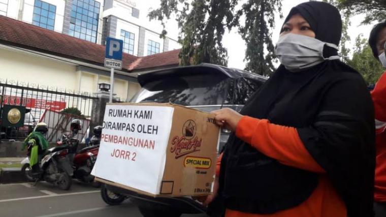 Warga korban gusuran jalan tol JORR II menggelar aksi donasi. (Foto: TitikNOL)
