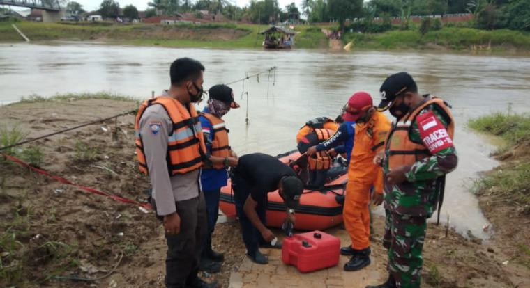 Pencarian korban tenggelam di Sungai Ciujung. (Foto: TitikNOL)
