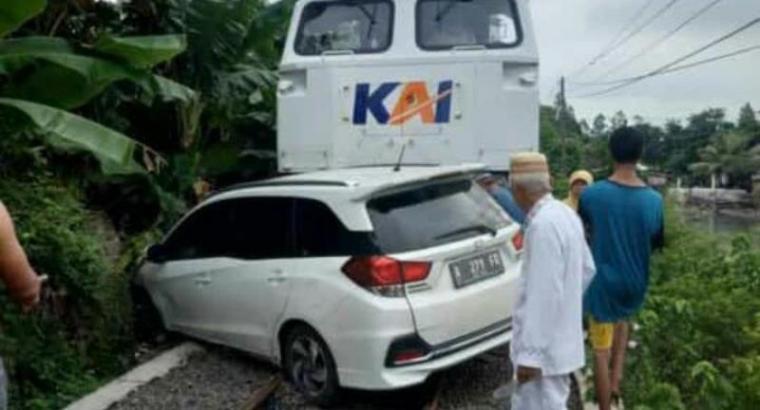 Honda Mobilio saat tertabrak kereta api di perlintasan tanpa palang pintu di Lingkungan Tegal Buntu, Kelurahan Tegal Ratu, Kecamatan Ciwandan, Kota Cilegon. (Istimewa).