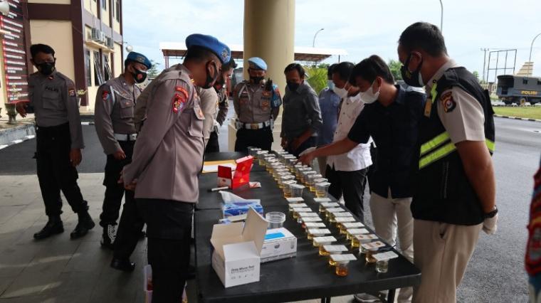 Suasana tes kegiatan tes urine personel Polres Serang. (Foto: TitikNOL)