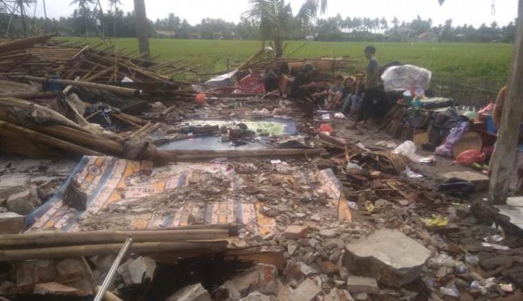 Rumah warga yang dihantam angin puting beliung di Pakuhaji, Tangerang.