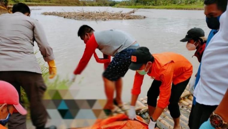 Evakuasi mayat berjenis kelamin laki-laki yang ditemukan seorang pemancing di Sungai Ciujung tepatnya di Kampung Kosa Rt 017 Rw 006, Desa Kolelet wetan, Kecamatan Rangkasbitung, Kabupaten Lebak. . (Foto: TitikNOL)